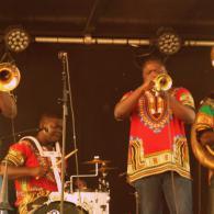 La fanfare eyo nlé en concert à Salbris (41) au restaurant les Copains d'Abord